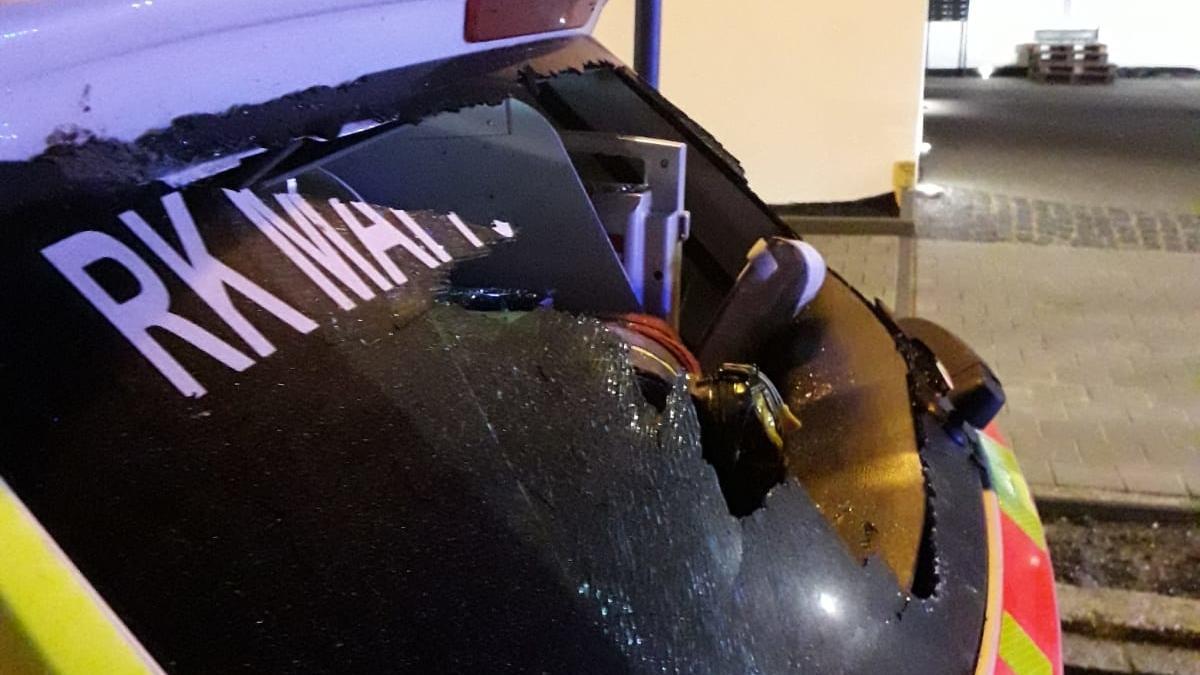 In Mainburg hat ein betrunkener Partygast den Einsatzwagen eines Notarztes mit einer Eisenstange traktiert.