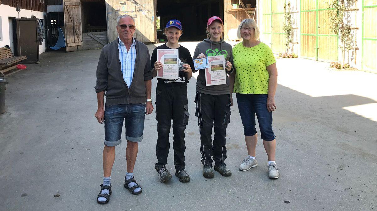 Lisa (zwölf Jahre) und Nina (15 Jahre) stehen mit ihren Großeltern auf dem Köppl-Hof in Rinchnach.