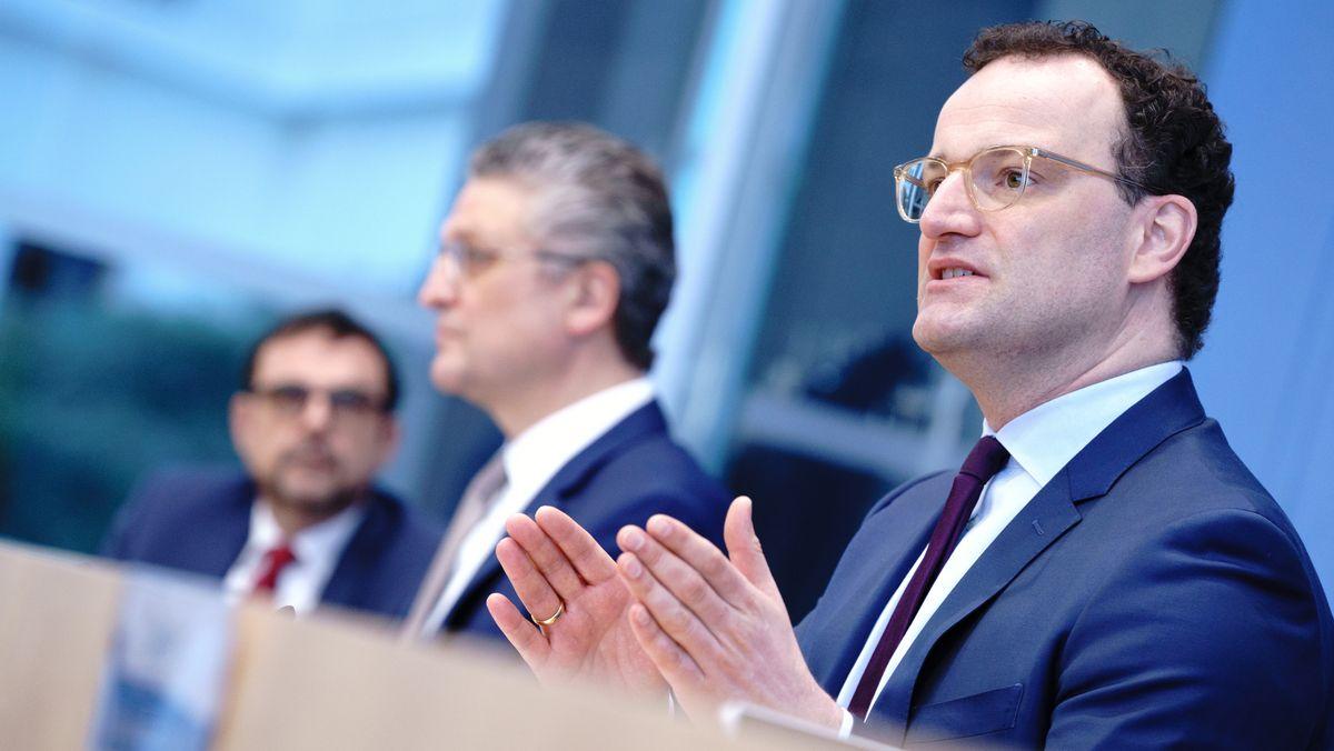 Jens Spahn (vorne rechts), neben ihm Lothar Wieler und ganz links Klaus Holetschek