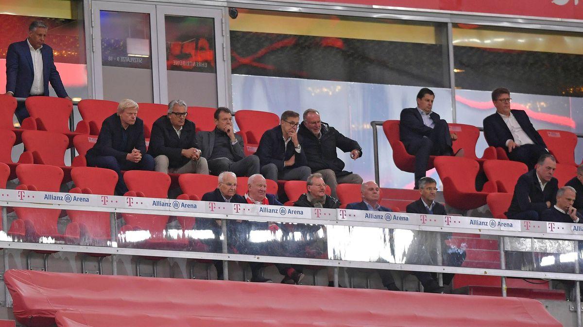 FC-Bayern-Verantwortliche auf der Tribüne beim Spiel gegen Schalke