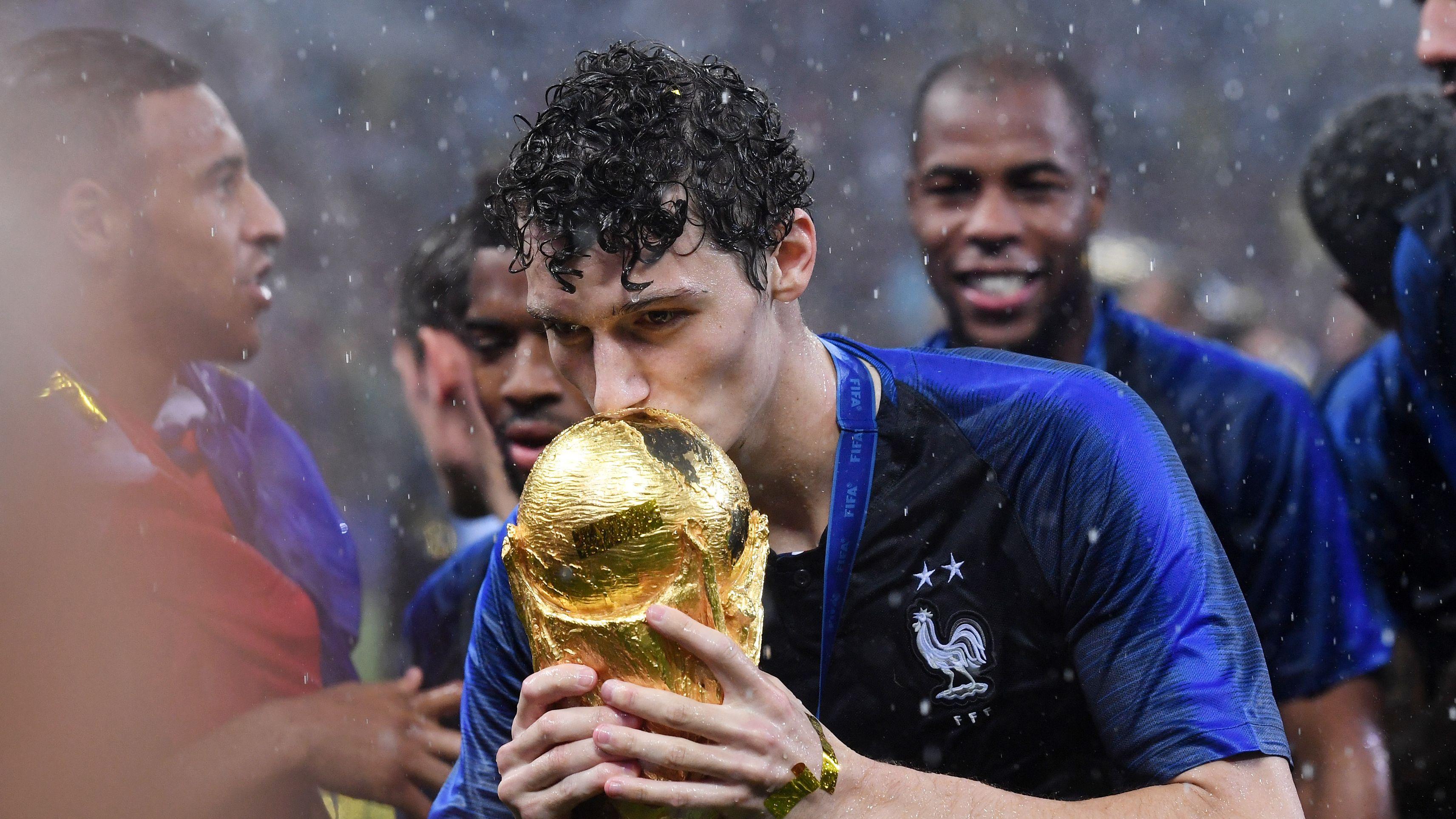 Benjamin Pavard mit dem WM-Pokal