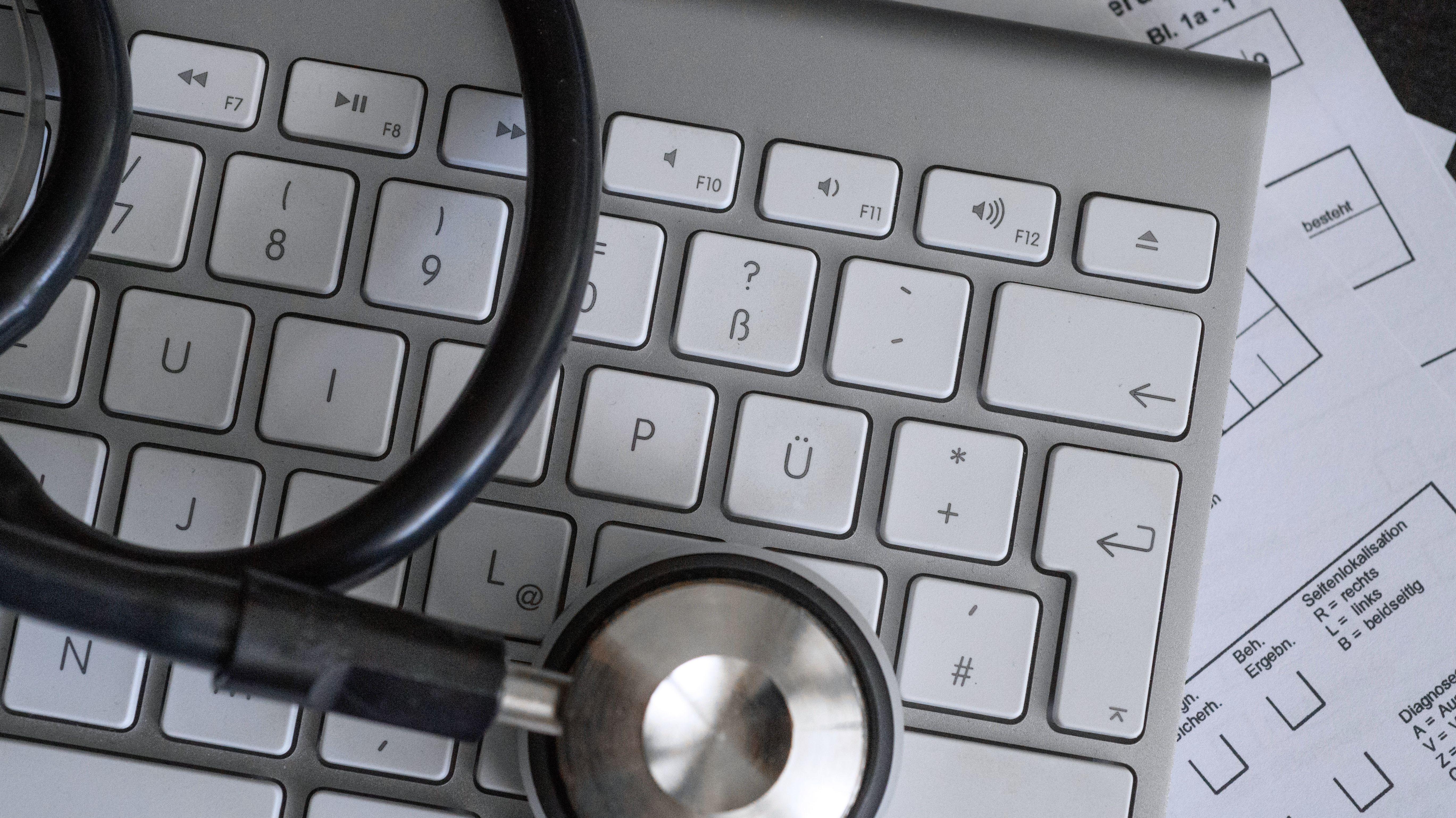 Symbolbild eines Computers mit einem Stetoskop