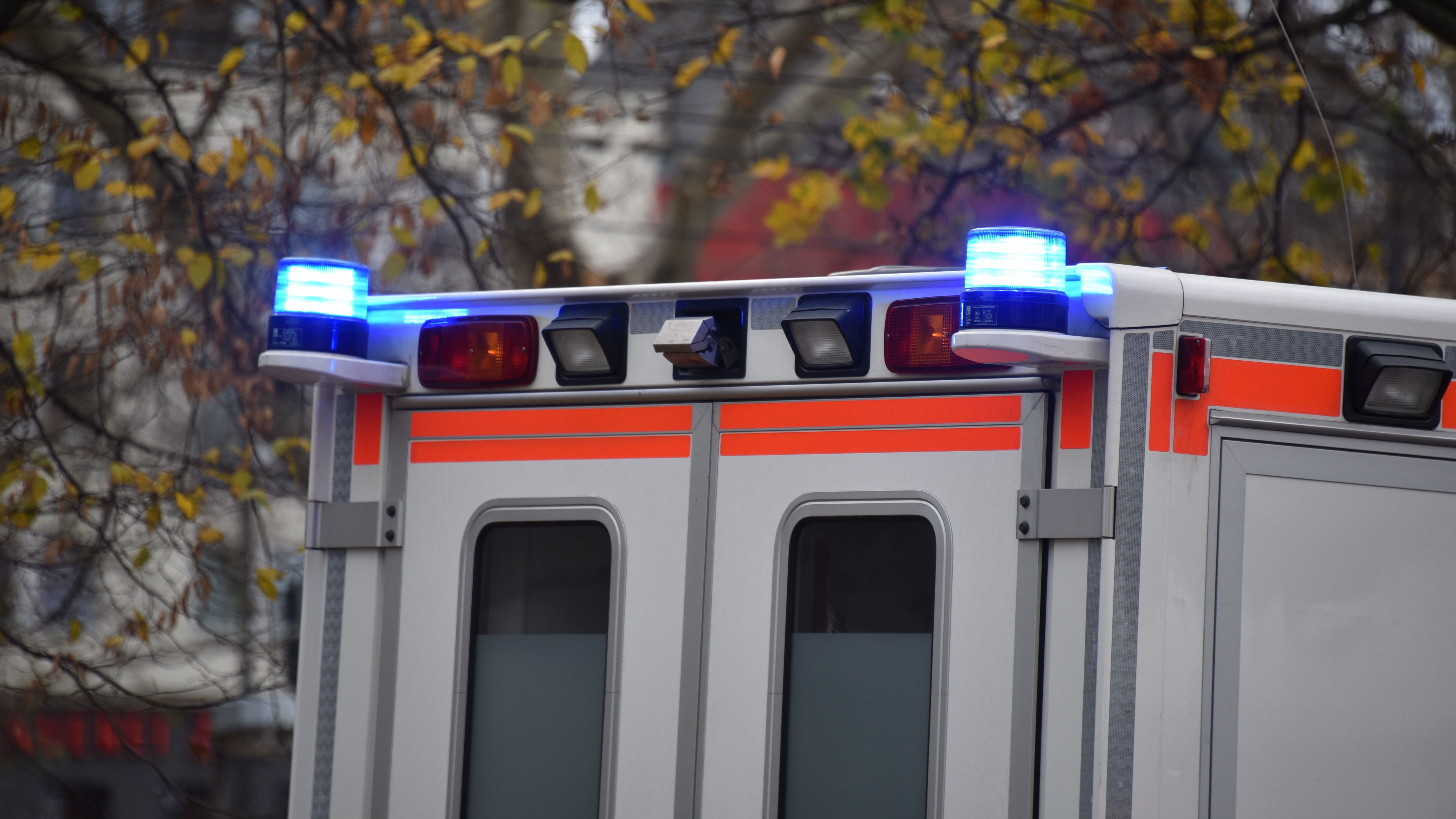 Blaulicht an einem Krankenwagen (Symbolbild)