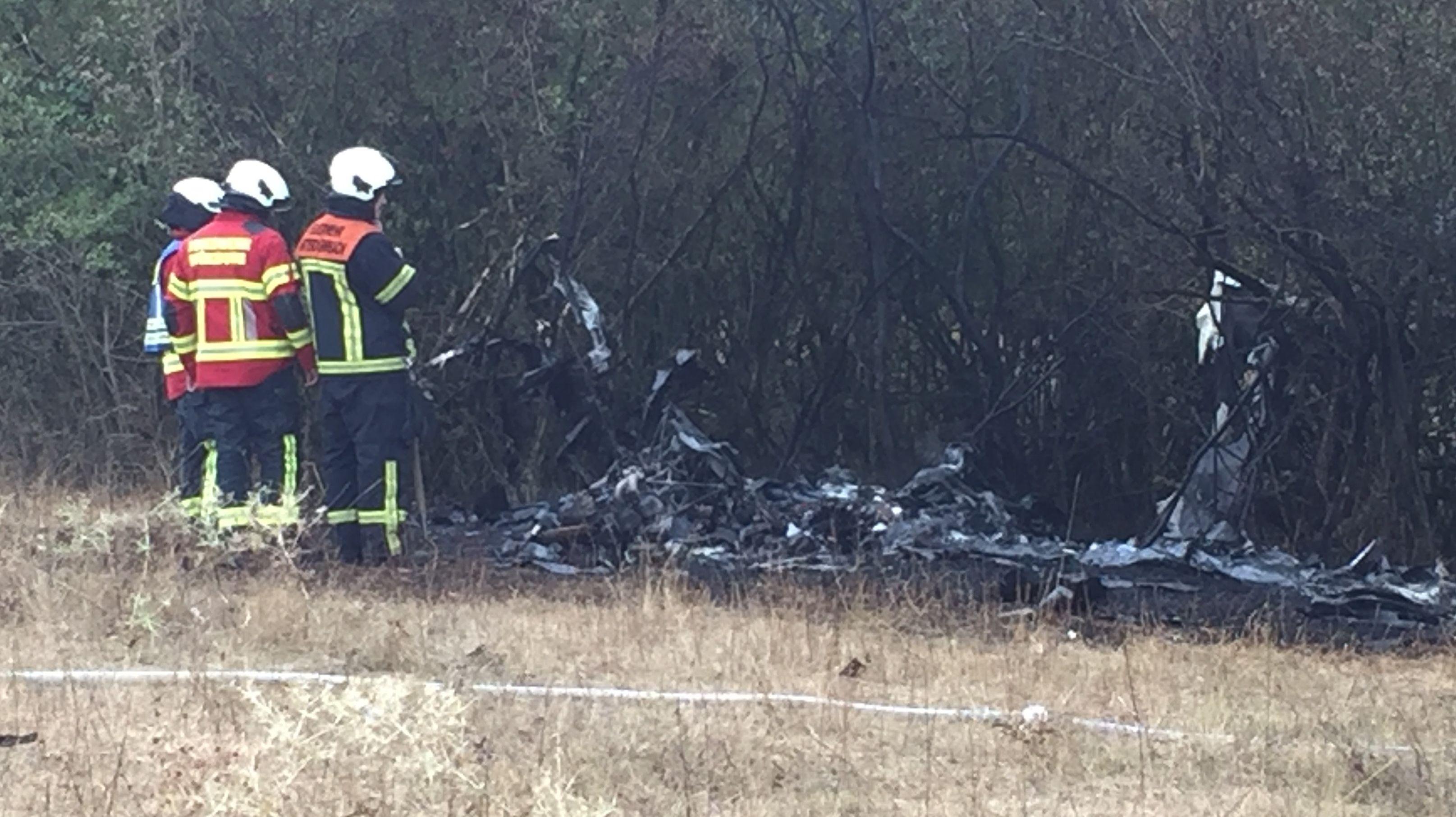 Feuerwehrleute am gelöschten-Ultra-Leicht-Flugzeug am Würzburger Schenkenturm