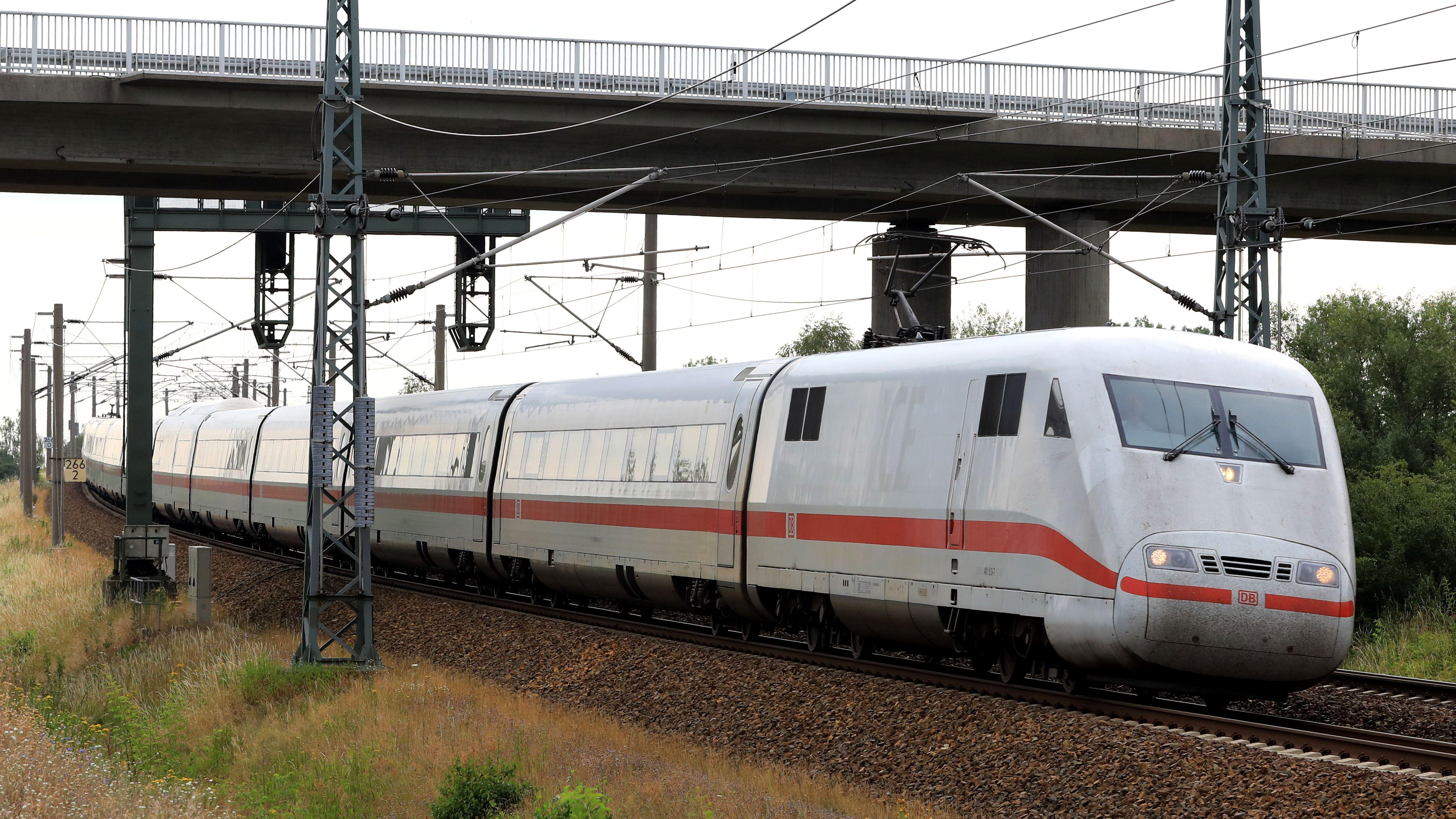 Ein ICE der Deutschen Bahn fährt unter einer Brücke durch