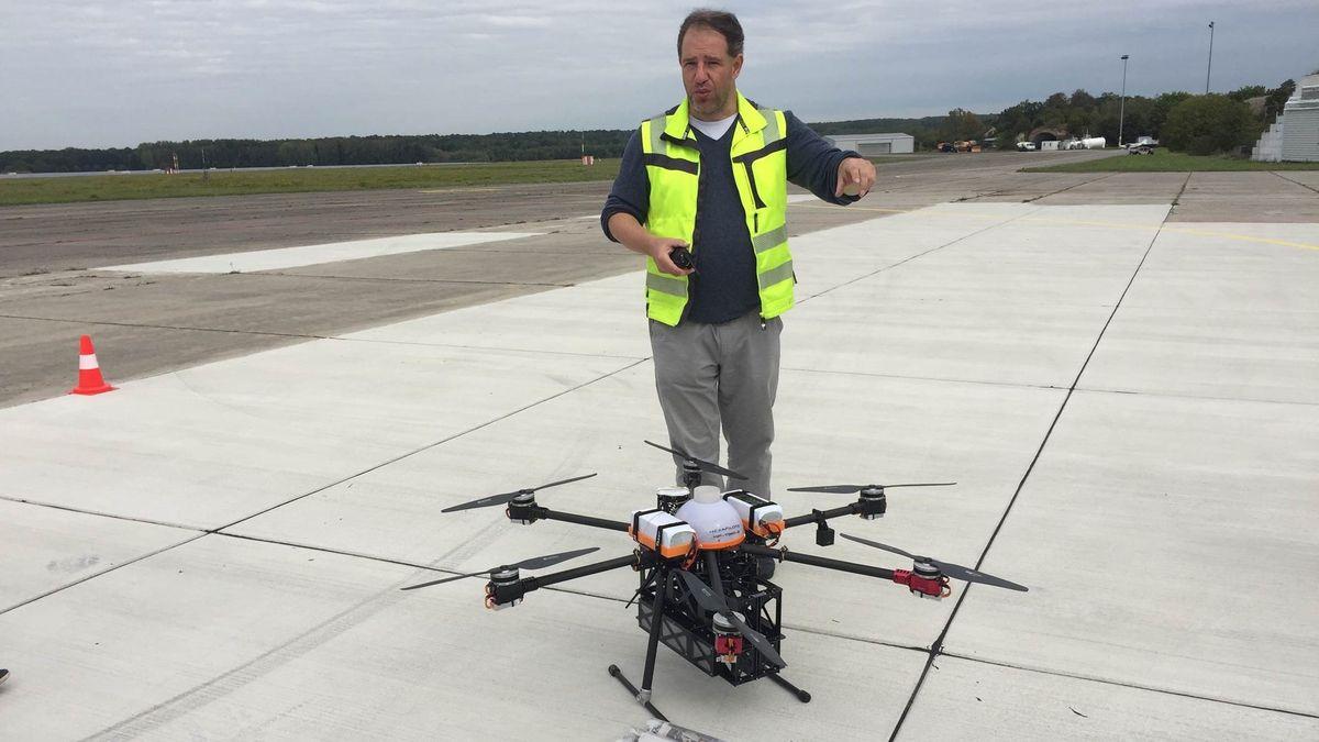 Zukunftsmodell Drohnen-Zustellung? Uli Barth vom Europäischen Drohnenzentrum zeigt, wie das gehen soll.