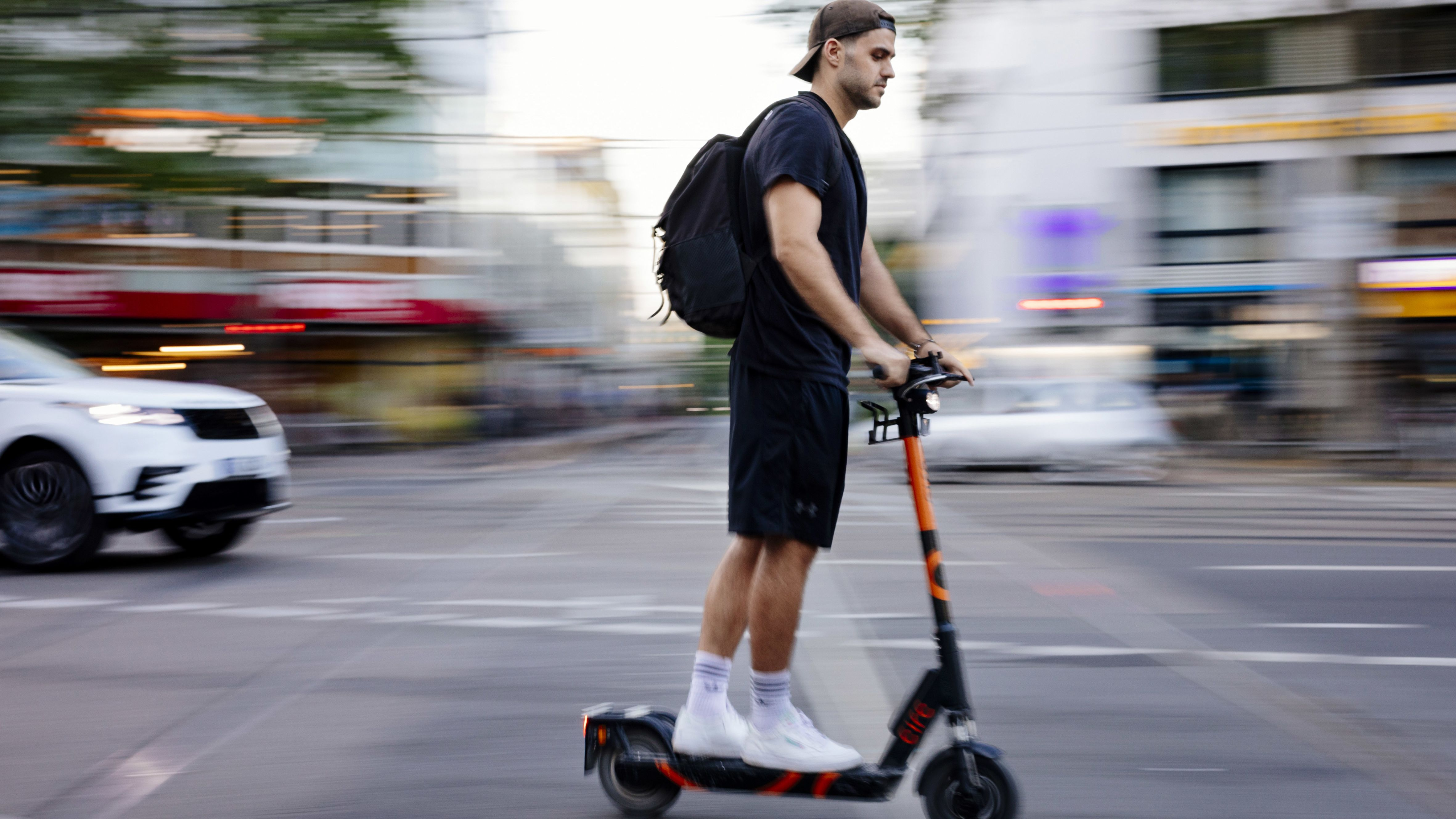 Archivbild: E-Scooter fährt durch Köln