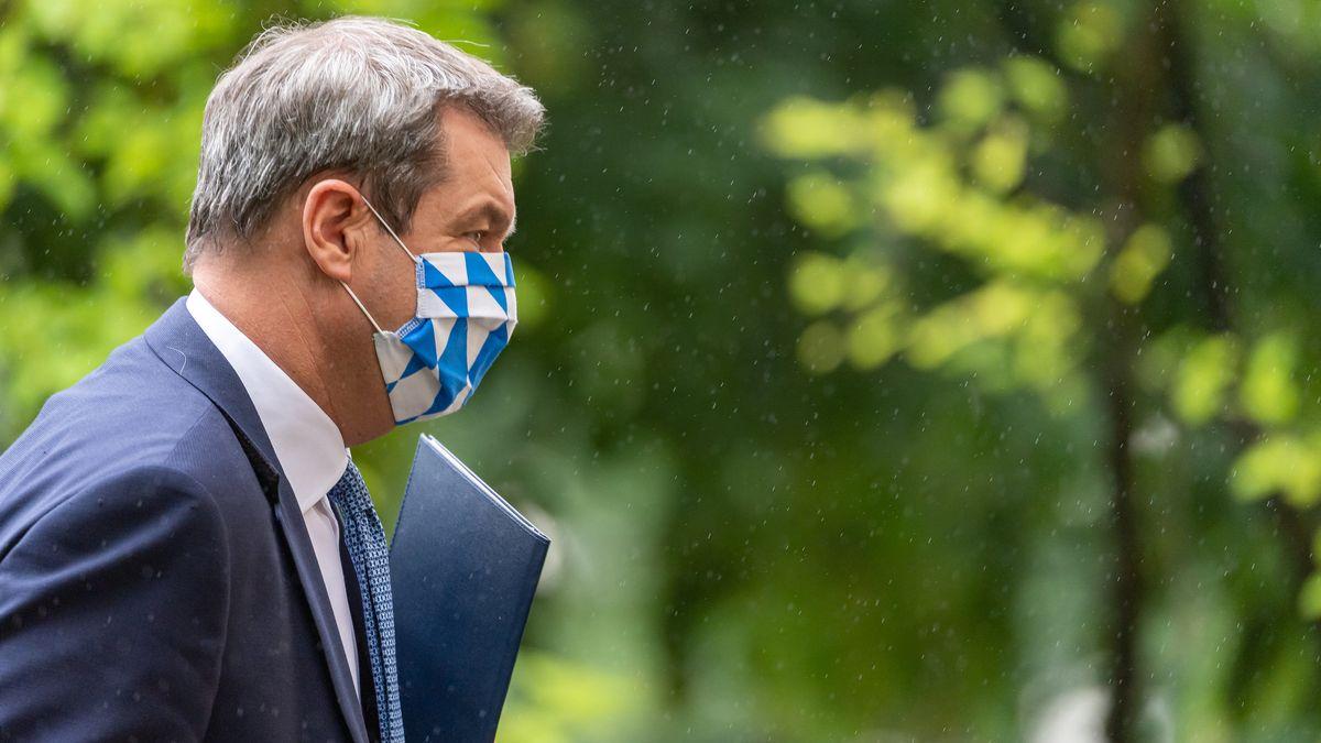 Der bayerische Ministerpräsident Markus Söder trägt eine Gesichtsmaske mit weiß-blauen Rauten