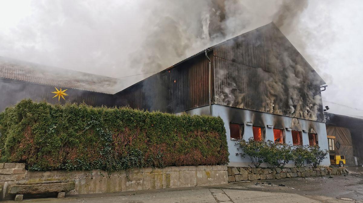Brennende Lagerhalle und Scheune