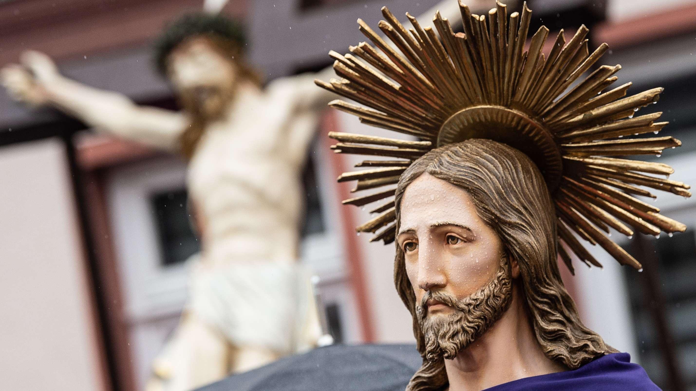 14.04.2019, Thüringen, Heiligenstadt: Überlebensgroße Darstellungen, die das Leiden und Sterben Jesu Christi symbolisieren