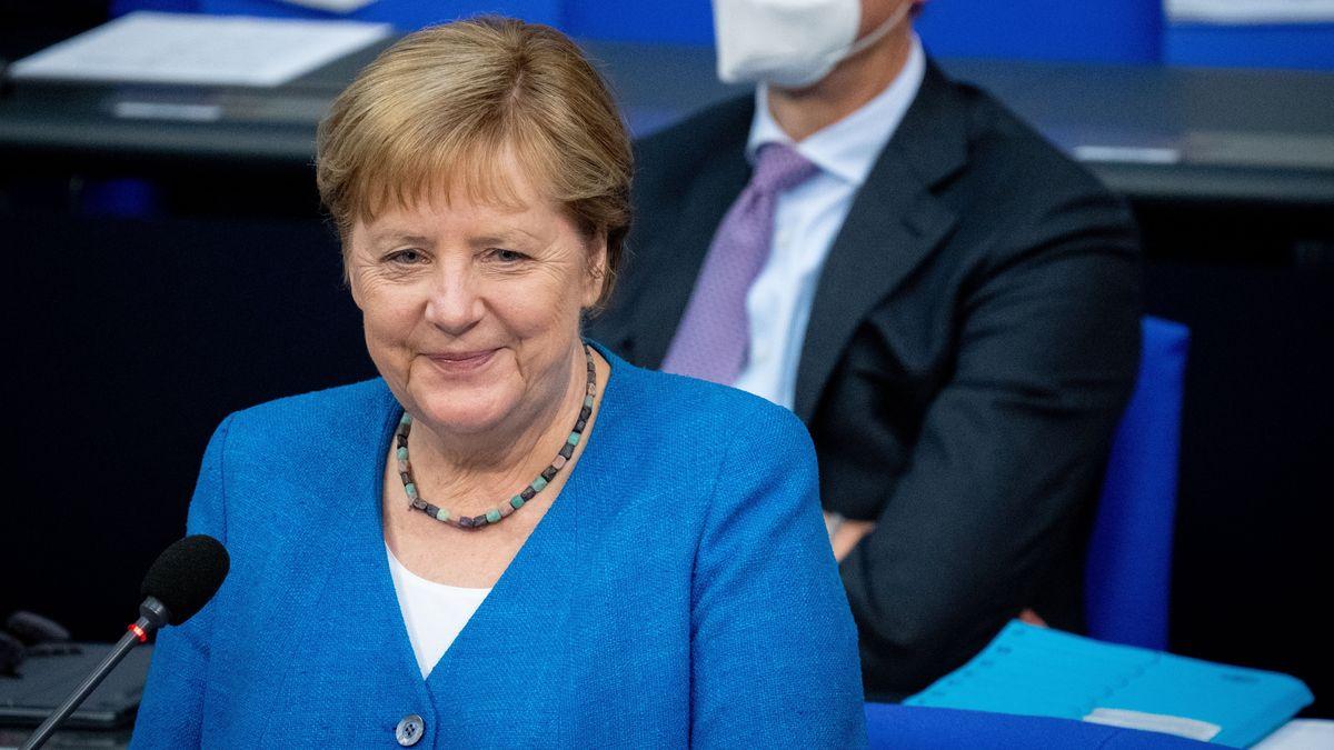 Bundeskanzlerin Angela Merkel (CDU) lächelt bei der Regierungsbefragung während der Plenarsitzung im Deutschen Bundestag.