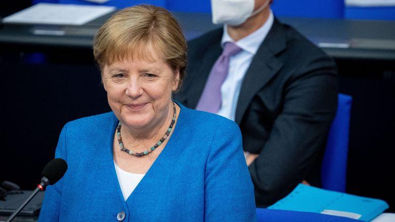 Bundeskanzlerin Angela Merkel (CDU) lächelt bei der Regierungsbefragung während der Plenarsitzung im Deutschen Bundestag.    Bild:picture alliance/dpa   Kay Nietfeld
