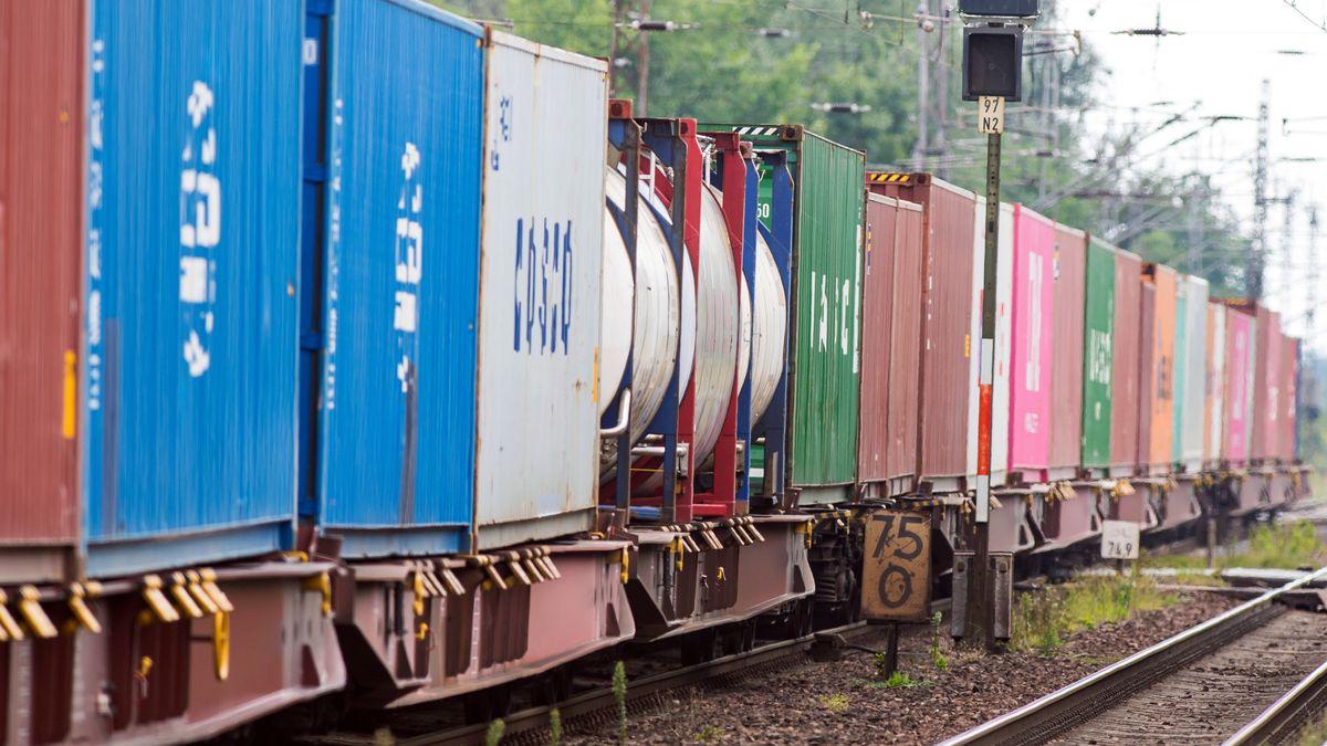 In Kronach sind zwei Männer nach einem Unfall mit einem Güterzug ums Leben gekommen. (Symbolbild)