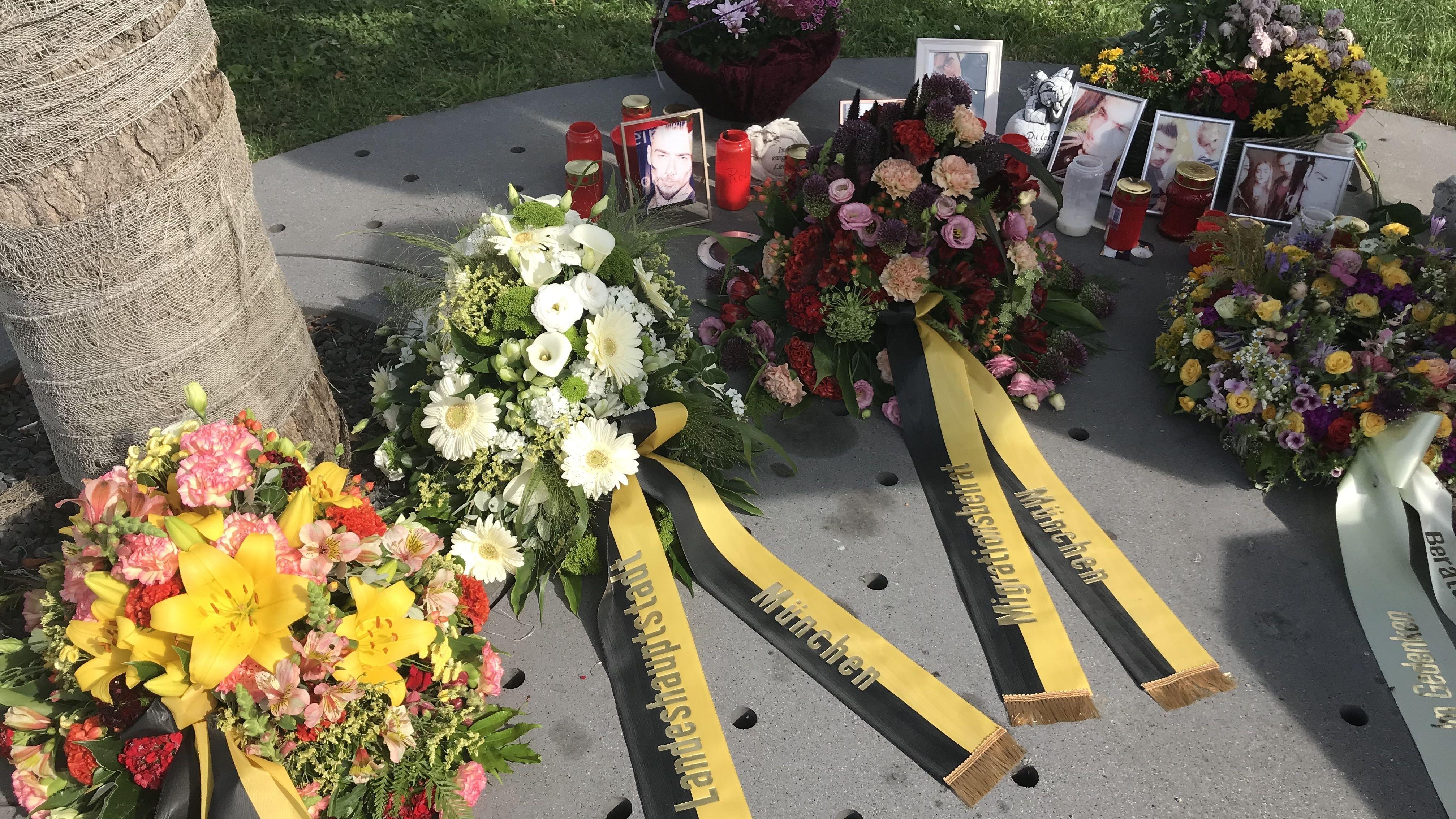 Am dritten Jahrestag des OEZ-Attentats wurden Kränze niedergelegt.