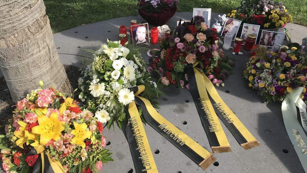 Am dritten Jahrestag des OEZ-Attentats wurden Kränze niedergelegt. | Bild:BR/Moritz Steinbacher