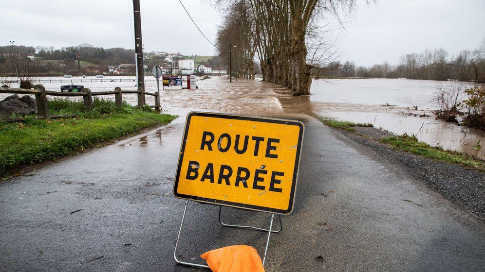 gesperrte Straße wegen Überschwemmungen in Frankreich | Bild:pa/dpa/Jerome Gilles