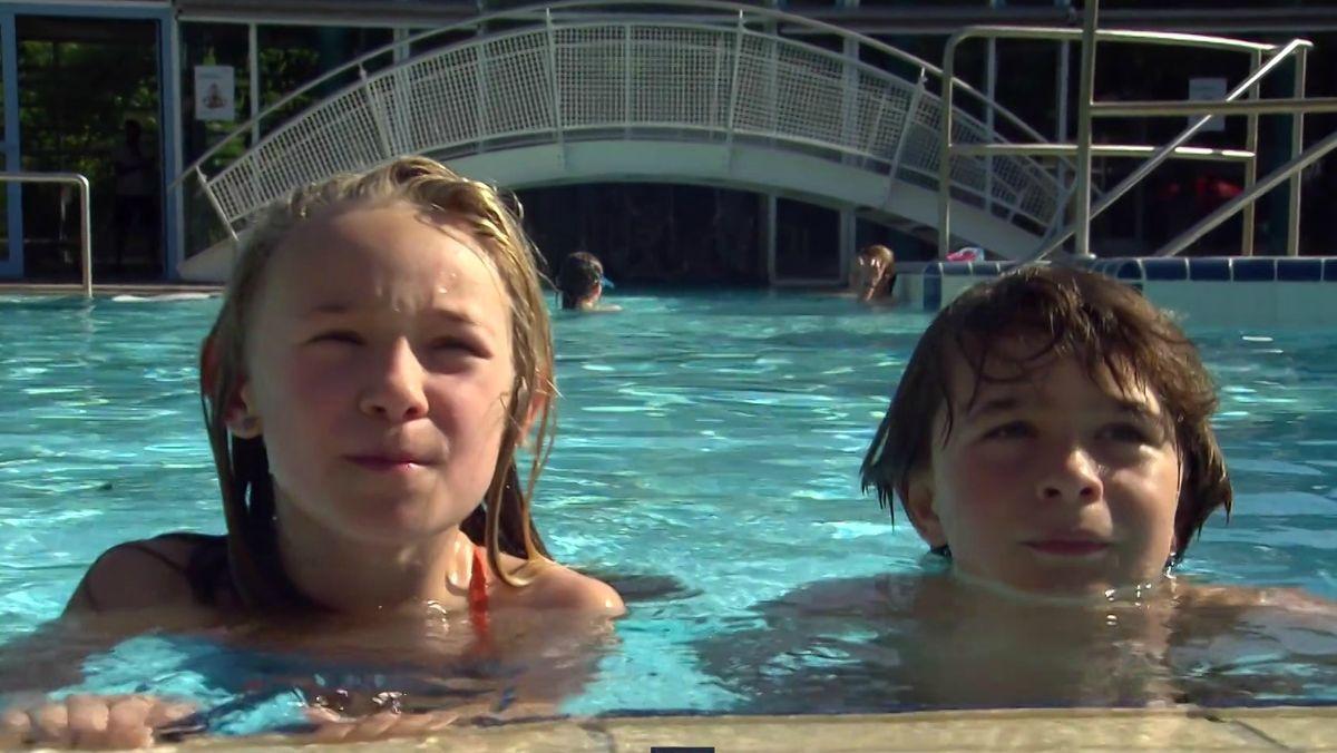 Zwei Kinder erklären die Seepferdchenprüfung