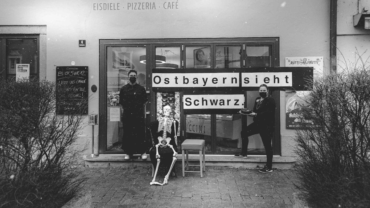 Skelett vor Eiscafé in Vilshofen