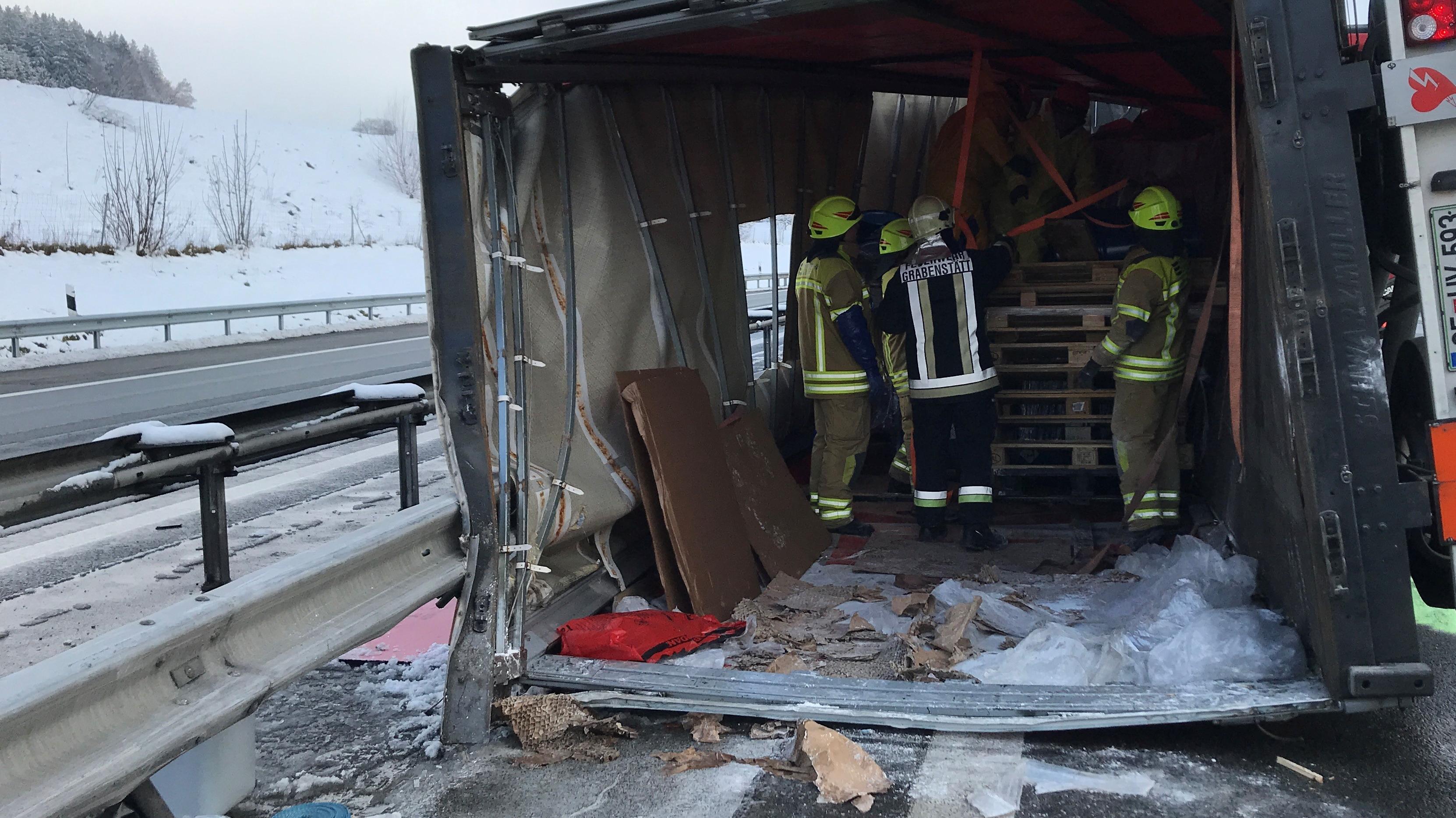Umgestürzter Lkw bei Grabenstätt auf der A8