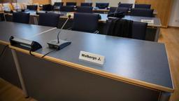 Das Namensschild von Joachim Wolbergs steht im Gerichtssaal des Landgerichts auf einem Tisch.   Bild:pa/dpa/Lino Mirgeler