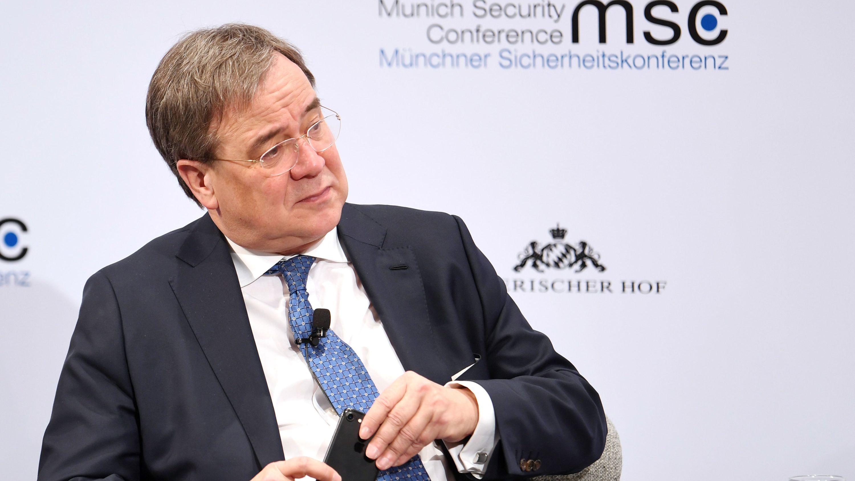 Armin Laschet (CDU), Ministerpräsident von Nordrhein-Westfalen, nimmt am letzten Tag der Münchner Sicherheitskonferenz an einer Podiumsdiskussion teil.