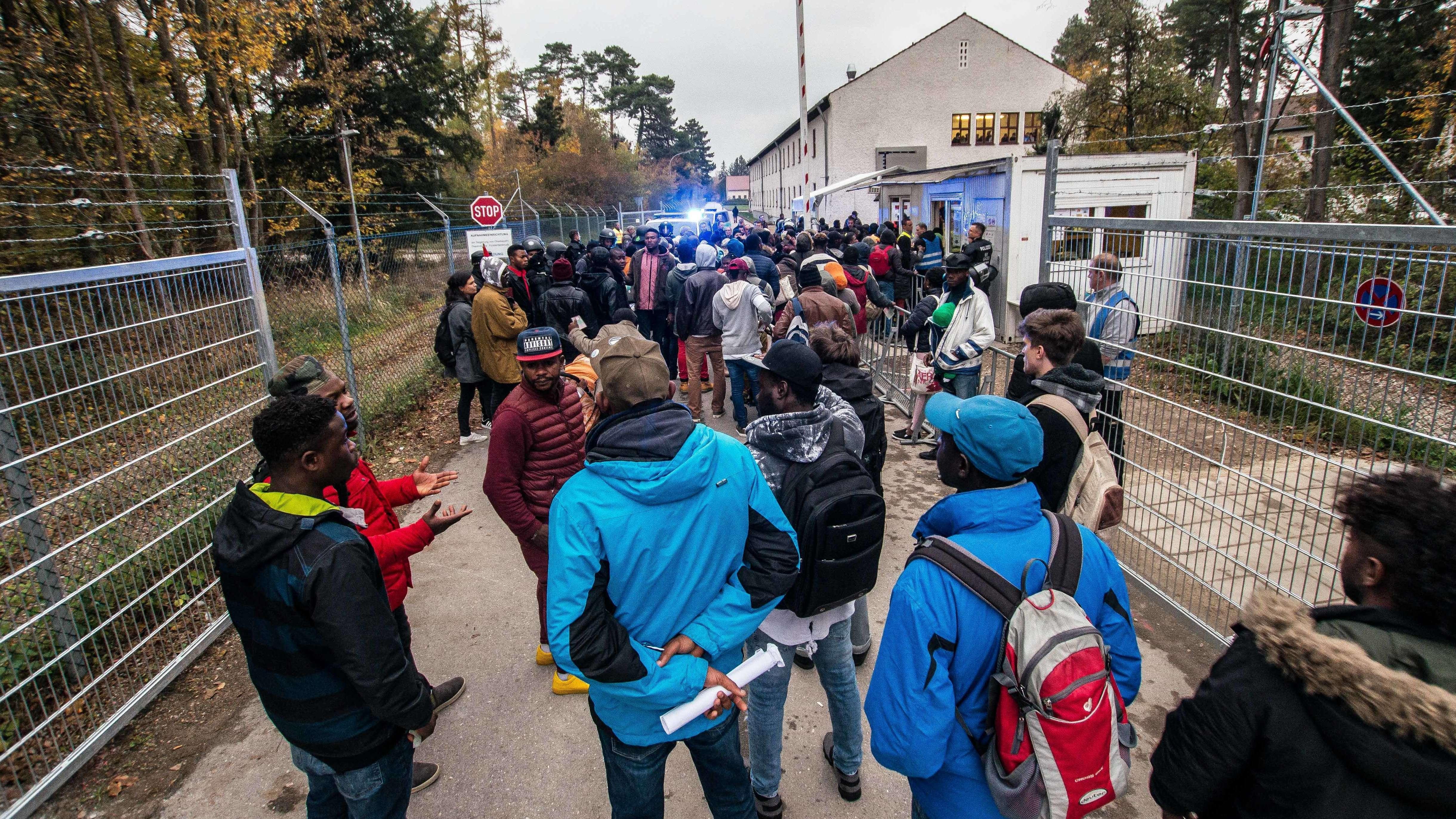 Archiv: Afrikanische Flüchtlinge vor einer Asylunterkunft in Fürstenfeldbruck
