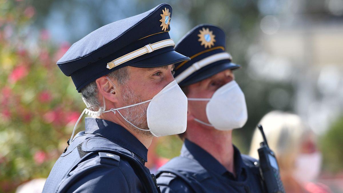 Polizisten mit Schutzmasken