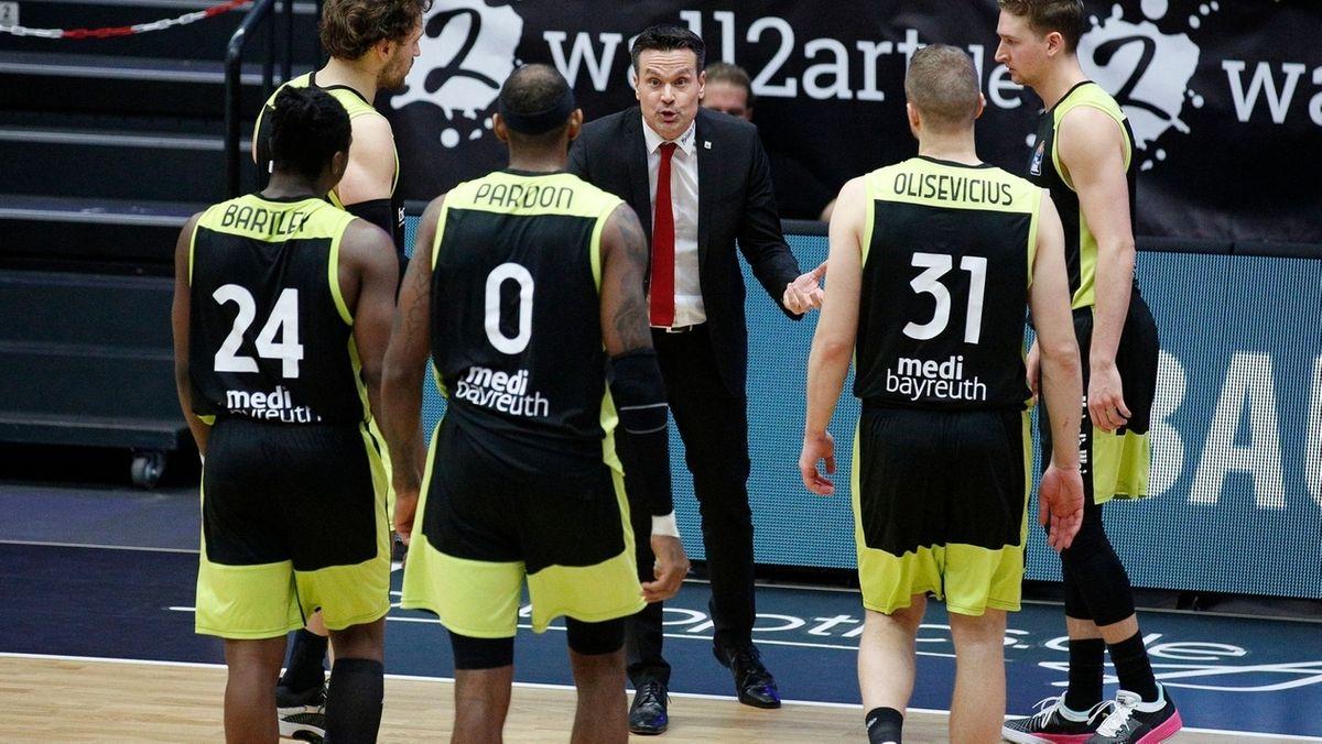 """""""Wir haben uns wieder in die Rolle des kompletten Außenseiters gespielt"""": Medi-Coach Raoul Korner, hier im Dialog mit seinen Spielern."""