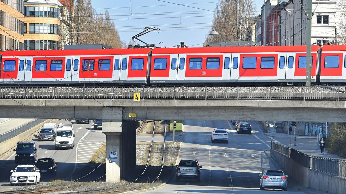 Münchner S-Bahn an der Landsberger Straße im Münchner Westen.