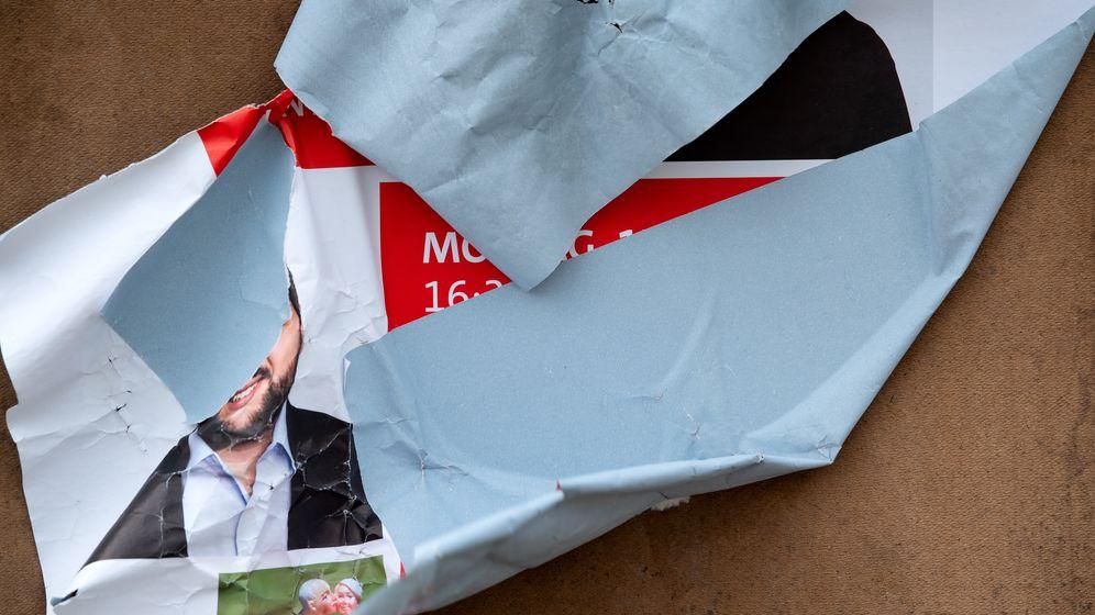 Symbolbild: München: Ein zerstörtes Wahlplakat der SPD steht an einem Straßenrand | Bild:picture alliance/dpa/ Sven Hoppe