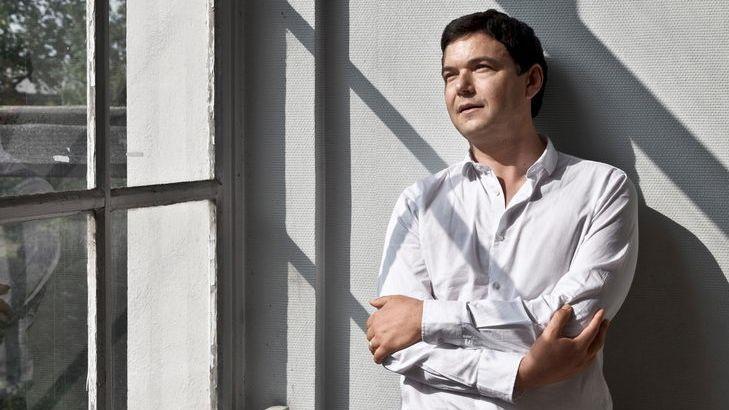 """Thomas Piketty, Autor des Sachbuch-Bestsellers """"Das Kapital im 21. Jahrhundert"""", lehnt an einer Wand und schaut mit verschränkten Armen aus einem Fenster"""