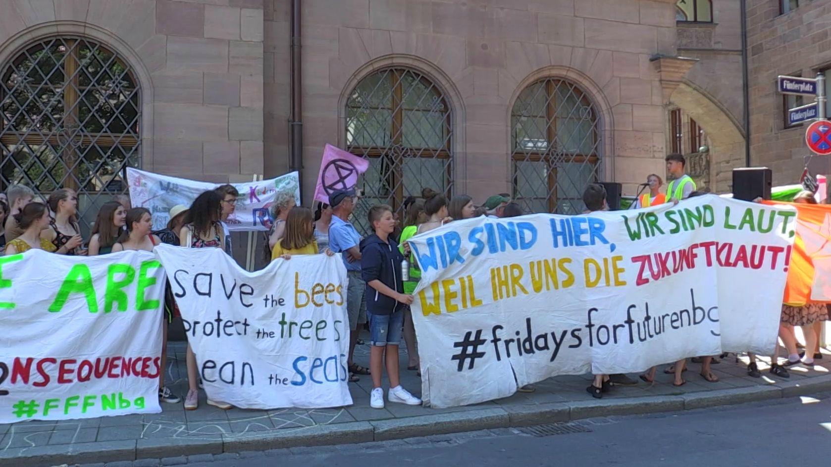 Fridays-for-Future-Aktivisten demonstrierten vor dem Rathaus in Nürnberg