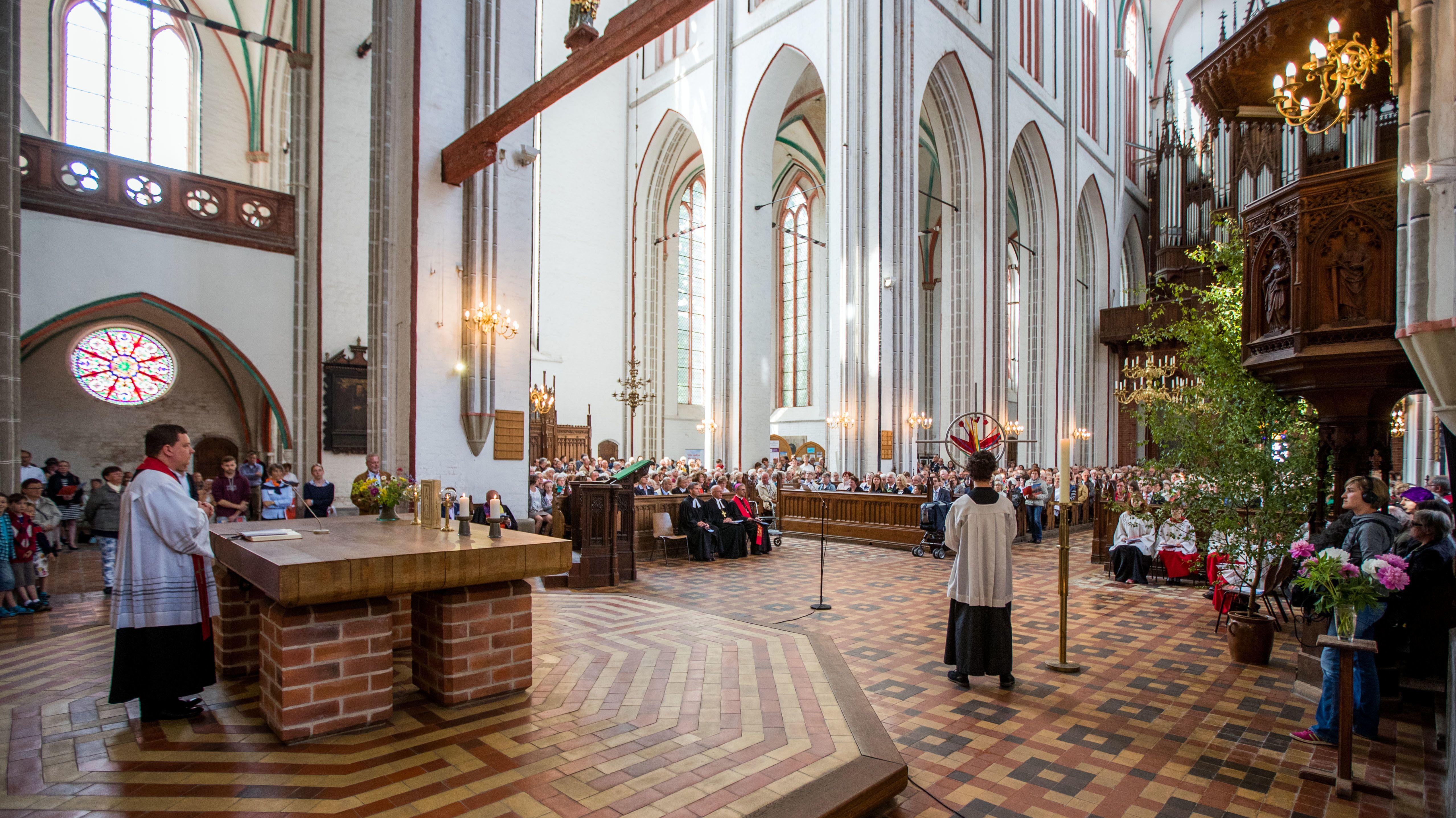 Protestanten und Katholiken feiern das Pfingstfest