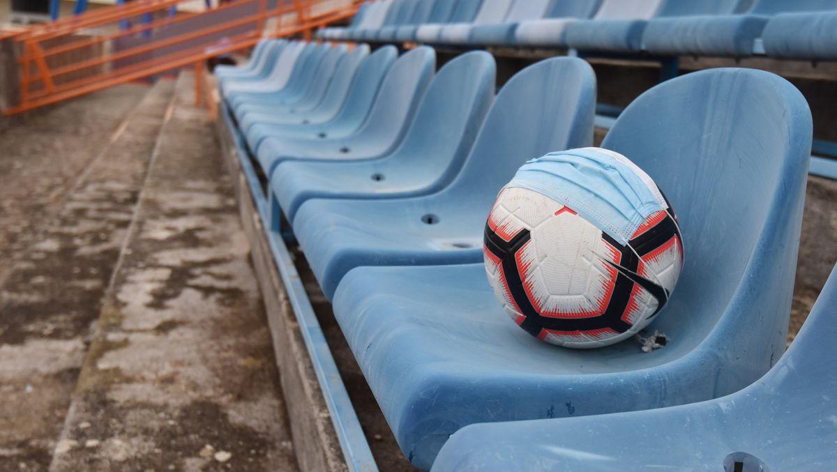 Fußball auf einer leeren Zuschauertribüne