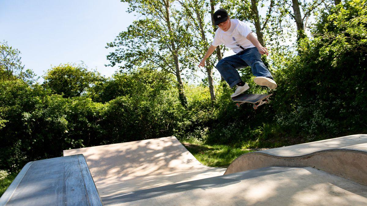 Ein Skateboarder auf einer Halfpipe (Symbolbild).