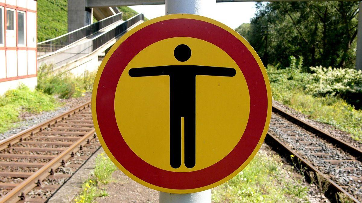 Ein Schild zeigt an, dass das Betreten der Gleise verboten ist. (Symbolbild).