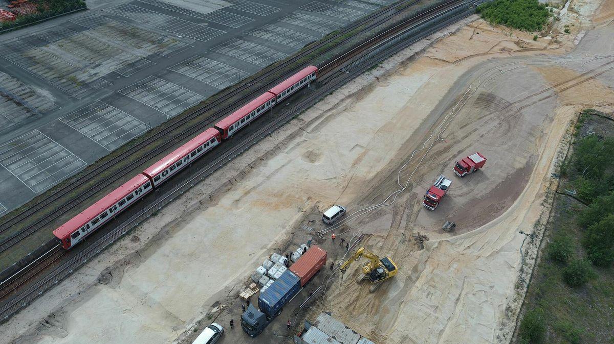 Das Foto zeigt eine Luftaufnahme des Bombenfundorts und der Container-Schutzwand.