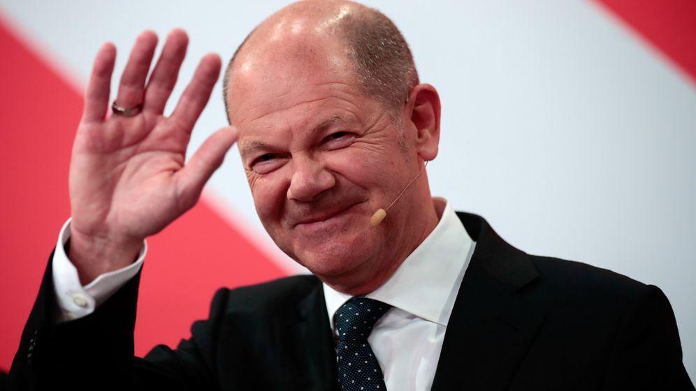 Olaf Scholz, Finanzminister und SPD-Kanzlerkandidat, winkt während der Wahlparty im Willy-Brandt-Haus.  | Bild:REUTERS/Hannibal Hanschke