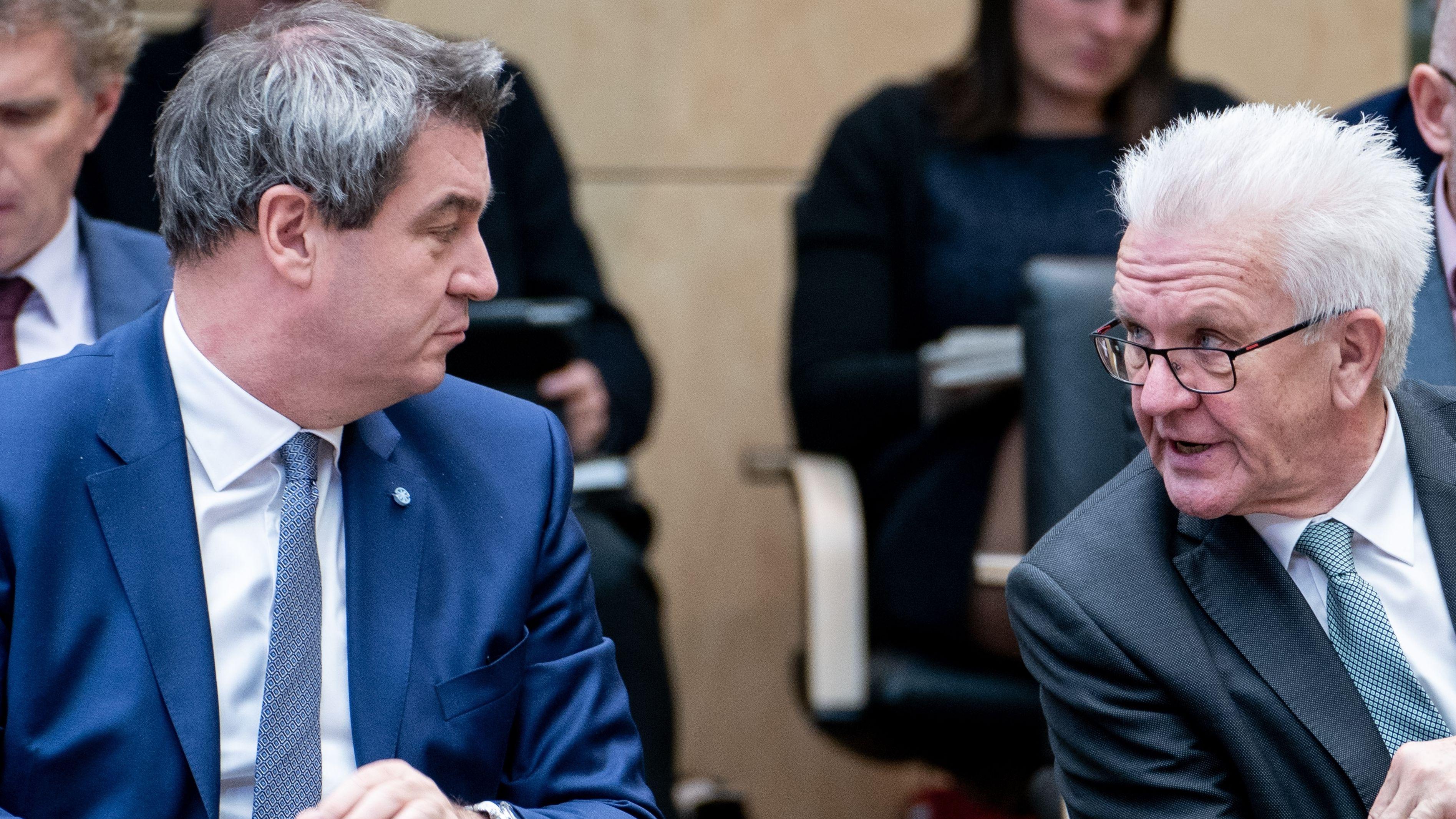 Archivbild: Markus Söder (l-r, CSU), Ministerpräsident von Bayern, und Winfried Kretschmann (Bündnis 90/Die Grünen), Ministerpräsident von Baden-Württemberg, unterhalten sich während der Sitzung des Bundesrats.
