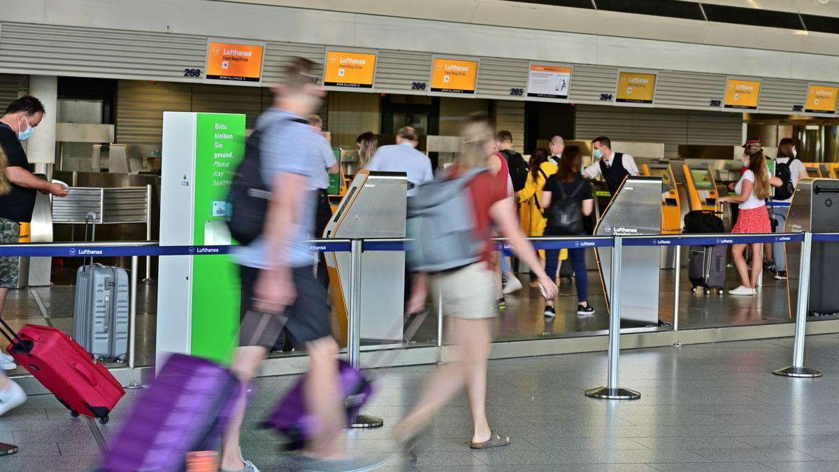 Symbolbild: Passagiere am Flughafen