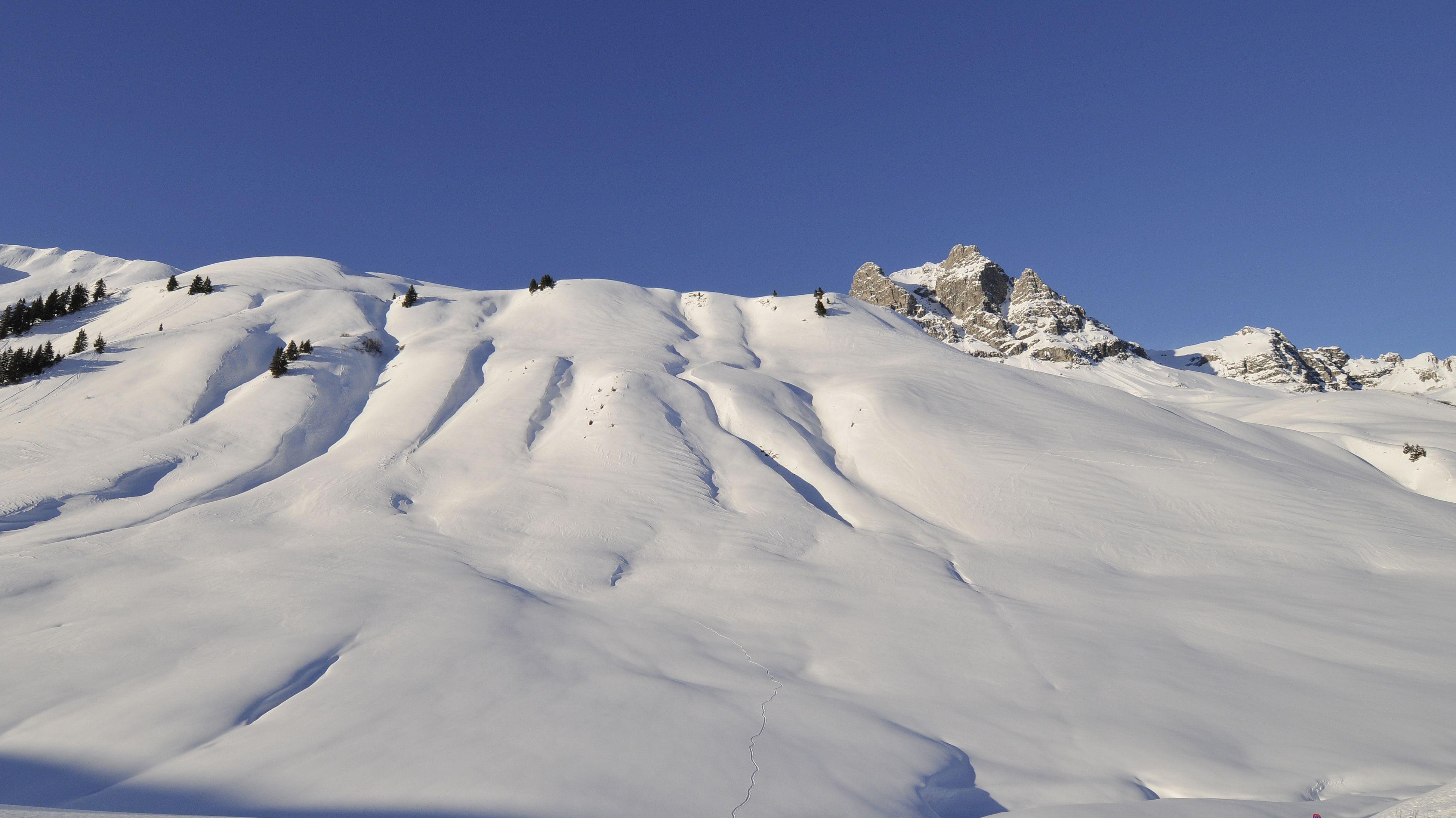 Archiv: Verschneiter Hochtannberg im Hintergrund der Widderstein