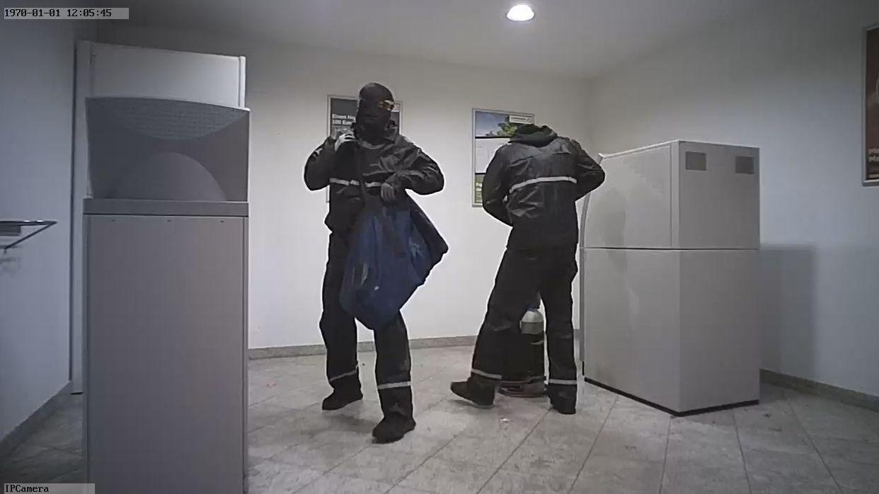Foto der Überwachungskamera in der Bankfiliale Röslau (Lkr. Wunsiedel). Die Polizei erhofft sich Hinweise auf weitere Täter.
