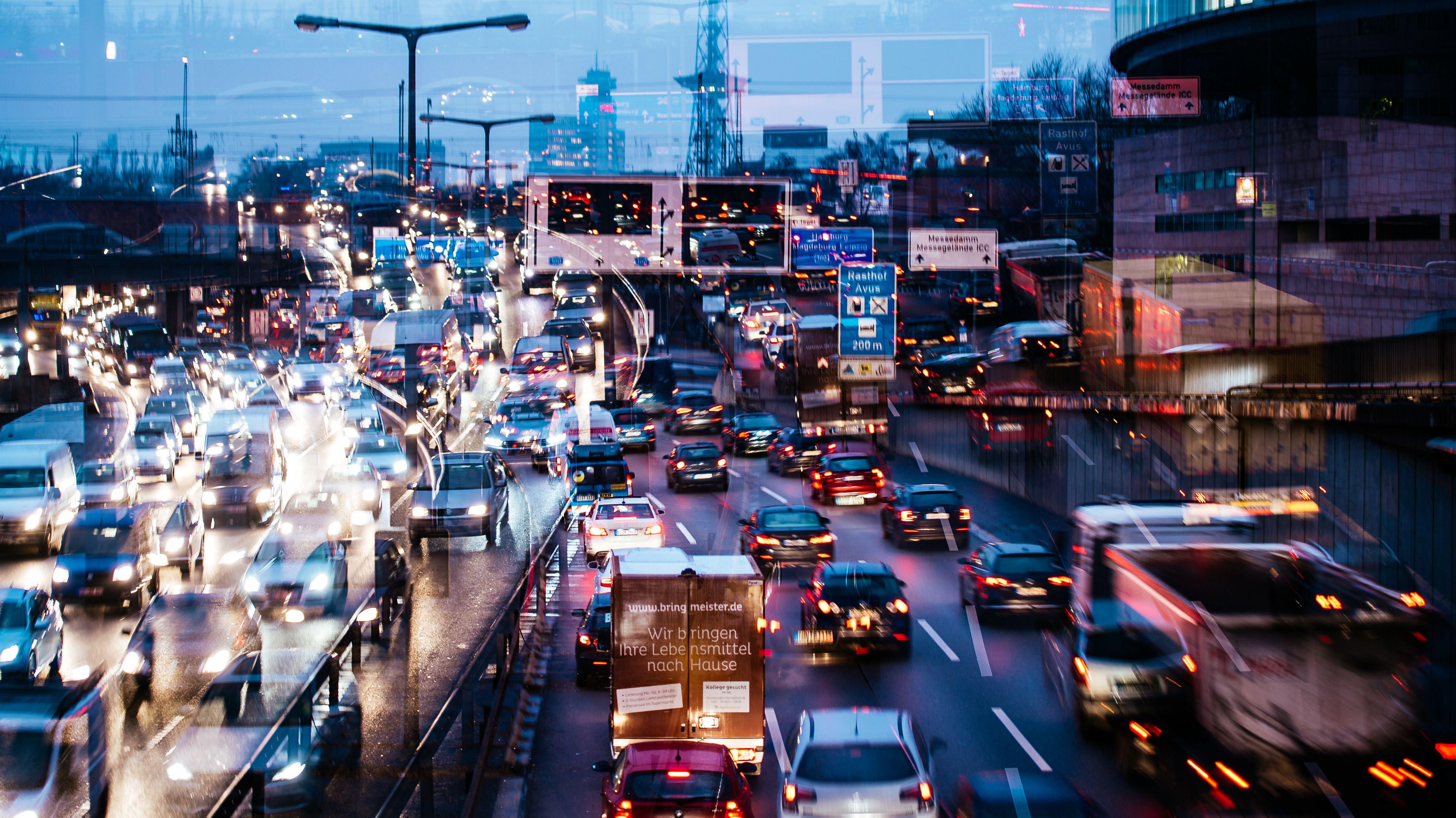 Symbolbild: Stau im Stadtverkehr während der Stoßzeiten im Berufsverkehr