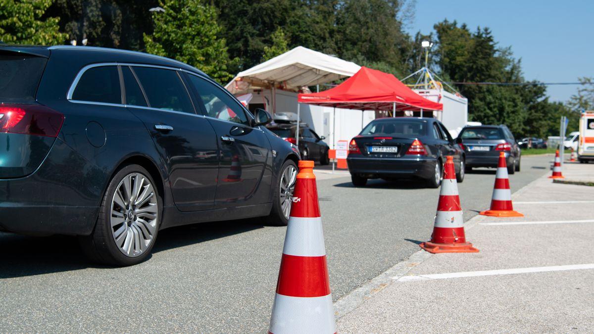 Autos stehen an einem Corona-Testzentrum an der A8 an der Rastanlage Hochfelln-Nord in einer Warteschlange (Archivbild vom 09.08.20)