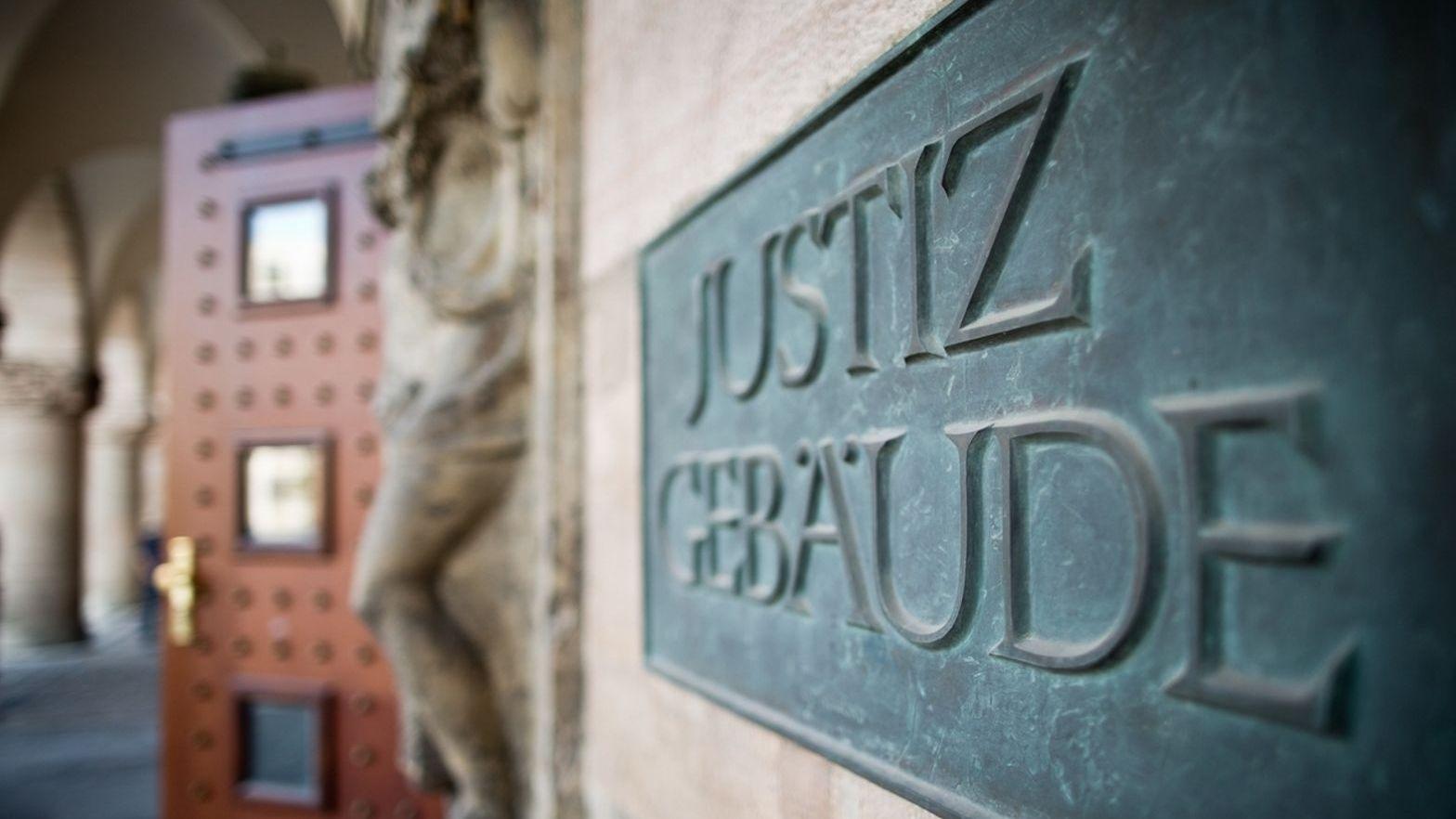 """Schild """"Justizgebäude"""" am Landgericht Nürnberg-Fürth"""