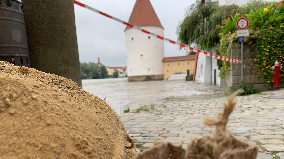 Ein Sandhaufen an der noch leicht überschwemmten Innpromenade in Passau