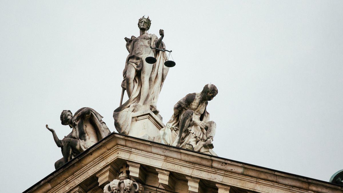 Die Justitia-Statue auf dem Giebel des Justizpalastes in München