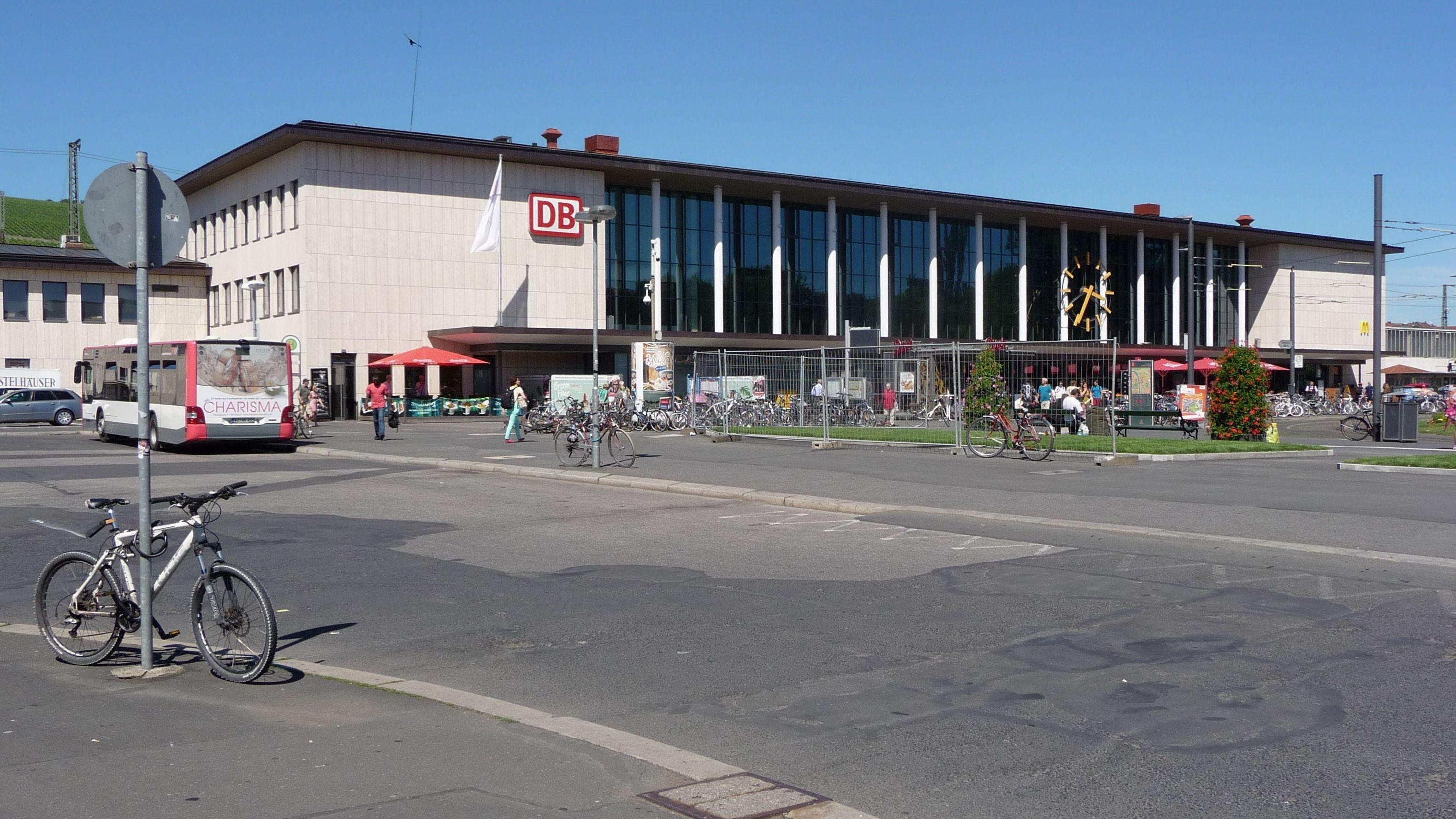 Gebäude des Hauptbahnhofs Würzburg von außen.