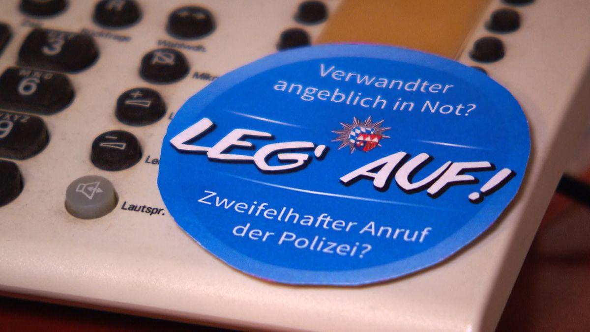 Telefon mit Aufkleber der Polizei