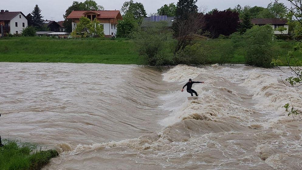 Ein Surfer auf der Mangfall bei Bruckmühl - auf den lebensgefährlichen Hochwasserfluten | Bild:Freiwillige Feuerwehr Bruckmühl
